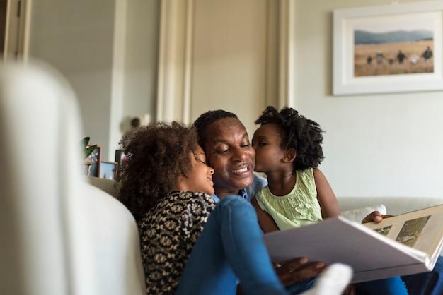 Kussen Voor Kinderen : Afrikaanse kinderen kussen hun vader foto premium download