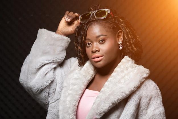 Afrikaanse tiener vrouw tan huid zwart afro haar Premium Foto