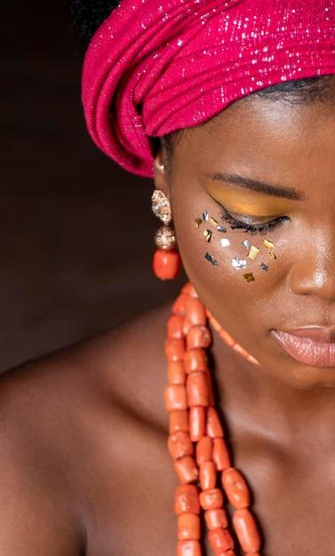 Afrikaanse vrouw die traditionele accessoires draagt Gratis Foto