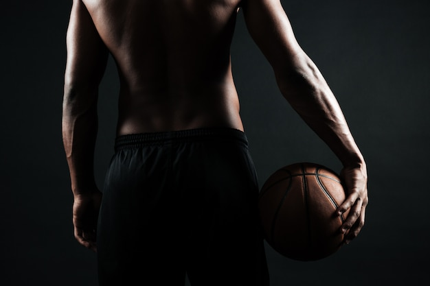 Afro-amerikaanse basketbalspeler, met bal Gratis Foto