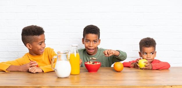 Afro-amerikaanse broers ontbijten Premium Foto