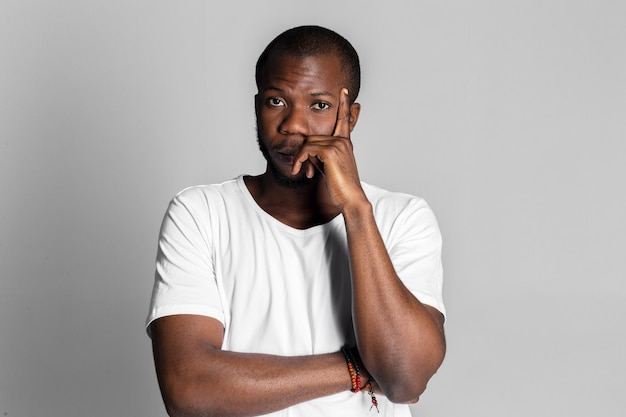 Afro-amerikaanse man denken Premium Foto