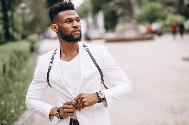 Afro-amerikaanse man in witte jas Gratis Foto