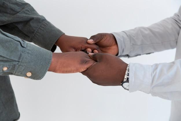 Afro-amerikaanse mensenhanden die elkaar houden Gratis Foto