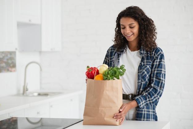 Afro-amerikaanse vrouw met groenten tas Gratis Foto