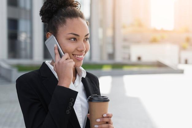 Afro-amerikaanse vrouw praten over telefoon Gratis Foto