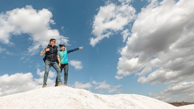 Afstandsschot paar omhoog op een heuvel Gratis Foto