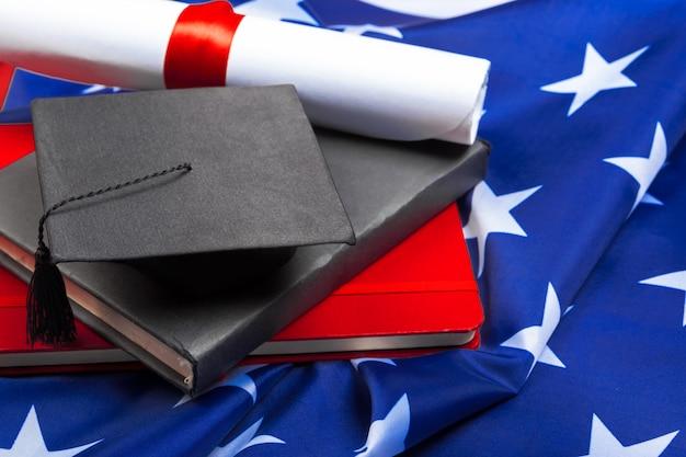 Afstuderen hoed op amerikaanse vlag, onderwijs concept Premium Foto