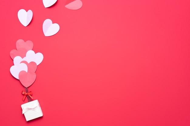 Aftelkalender voor valentijnsdag met rode en roze harten en doos Premium Foto