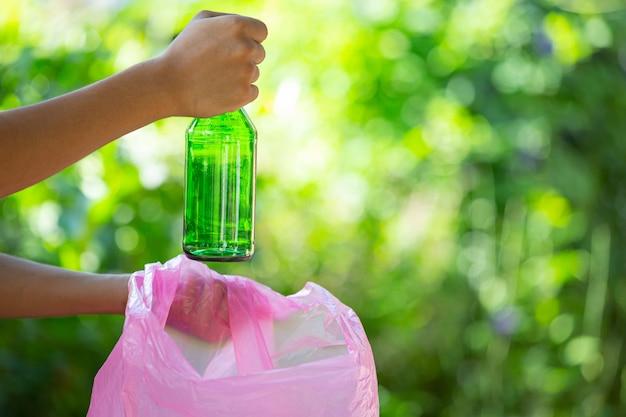 Afval in vuilniszakken dumpen Gratis Foto