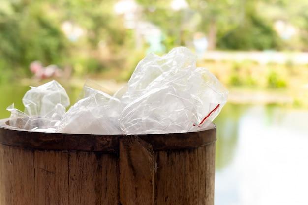 Afval plastic zakken in houten bak voor recycling. Premium Foto