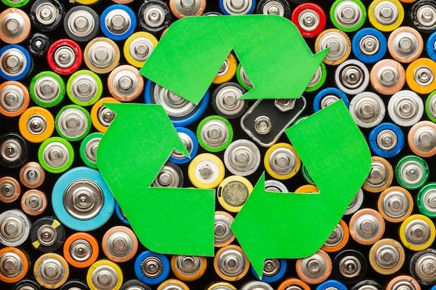 Afval van batterijvervuiling met recycle-symbool Gratis Foto