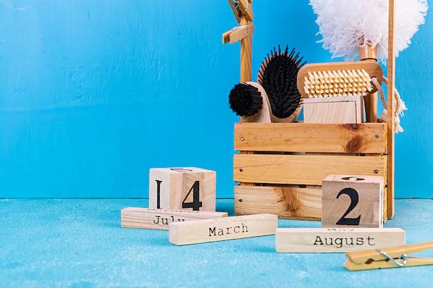 Afvalvrije badkameraccessoires van milieuvriendelijke materialen, natuurlijke sisalborstel, houten kam, pin, kalender. Premium Foto