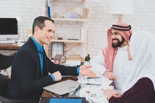 Agent stelt appartementenplan voor aan moslimklanten. Premium Foto