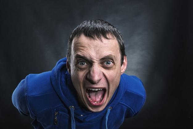 Agressieve man in het donker Premium Foto
