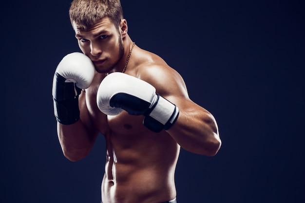 Agressieve shirtloze boxer Premium Foto
