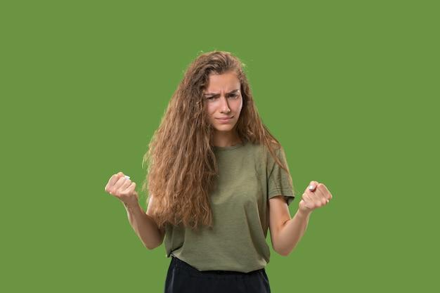 Agressieve zakenvrouw staande geïsoleerd op trendy groen Gratis Foto