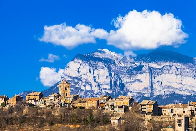 Ainsa- authentiek bergdorp in de bergen van aragon, spanje Premium Foto
