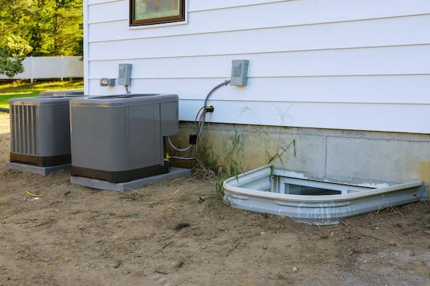 Airco-reparatiesysteemmodel is een echte elektricien op een compressor die de airconditioner bijtankt met freon Premium Foto