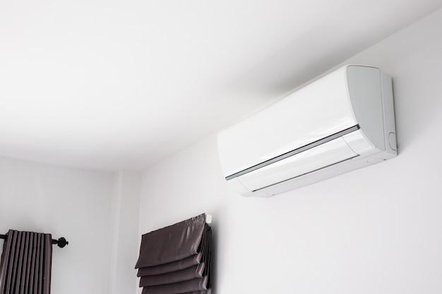 Airconditioner op het witte binnenland van de muurruimte Premium Foto