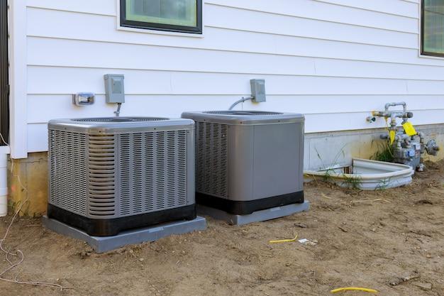 Airconditioningsysteemeenheid geïnstalleerd buitengevel van het nieuwe huis Premium Foto