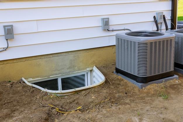 Aircosysteem gemonteerd bij het uitvoeren van preventief onderhoud aan een airconditioningcondensor Premium Foto