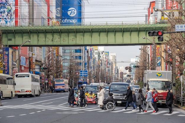 Akihabara met menigten niet-gedefinieerde mensen lopen met veel gebouw in tokio, japan. Premium Foto