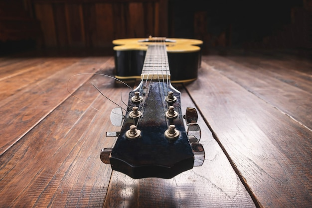 Akoestisch gitaarinstrument op houten achtergrond Premium Foto