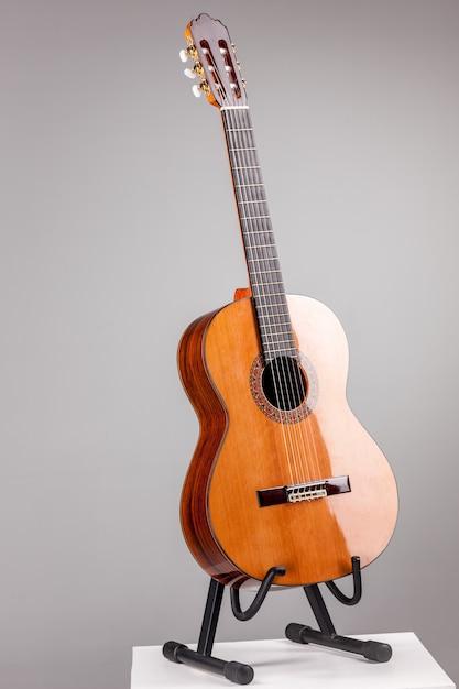 Akoestische gitaar op grijs Gratis Foto