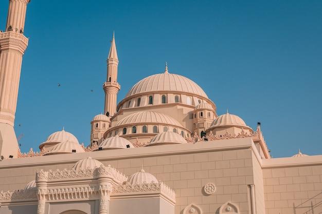 Al maghfirah-moskee in de vae met zijn koepels en torens onder de heldere hemel Gratis Foto