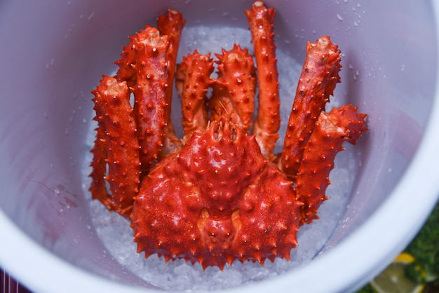 Alaska king crab op rode de krab hokkaido van de ijsemmer hoogste mening bij zeevruchtenmarkt Premium Foto
