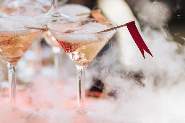 Alcoholische drank of cocktail in glas met ijs en witte mist. Premium Foto