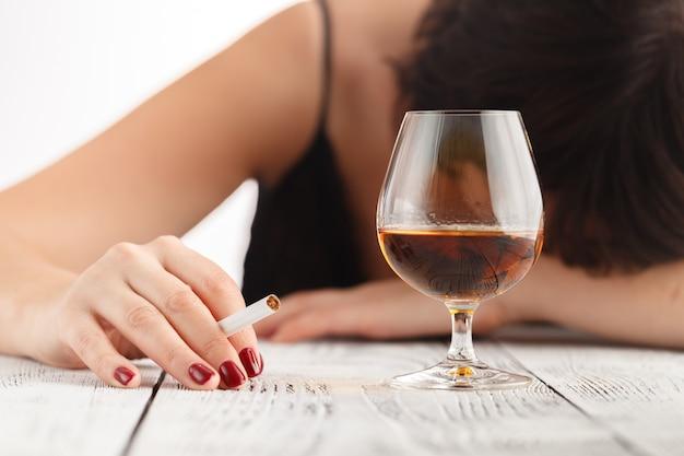 Alcoholisme bij vrouwen is een sociaal probleem. vrouwelijk drinken van whisky is de oorzaak van nerveuze stress Premium Foto