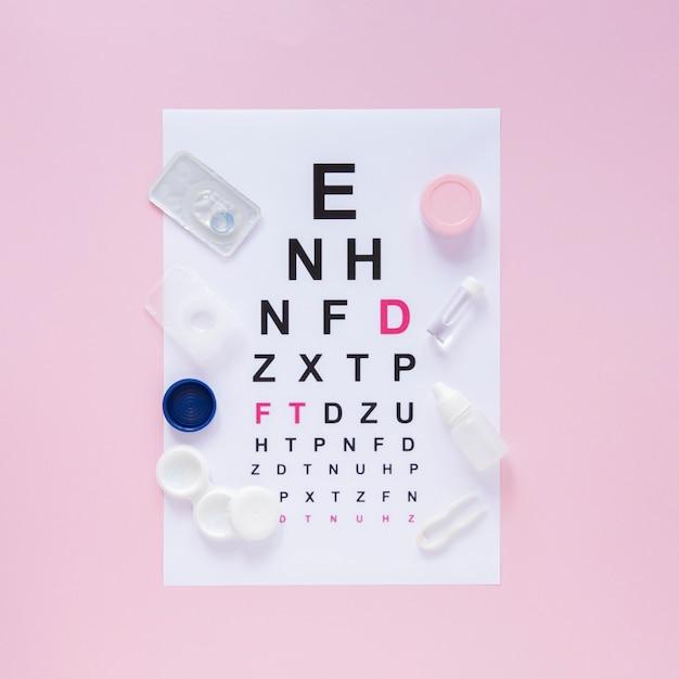 Alfabetentabel voor optisch overleg over roze achtergrond Gratis Foto