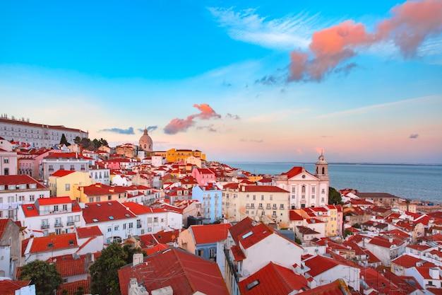 Alfama's nachts, lissabon, portugal Premium Foto
