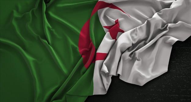 Algerije vlag gerimpelde op donkere achtergrond 3d render Gratis Foto