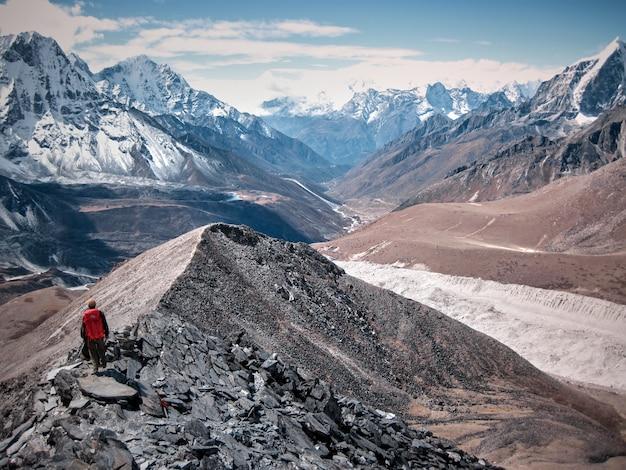 Alleen klimmer oplopend naar besneeuwde berg in de mist Premium Foto