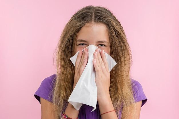 Allergische rhinitis op een zomervakantie Premium Foto