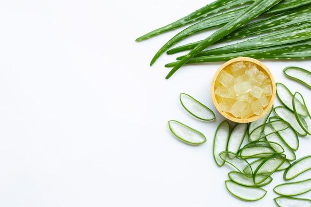 Aloë vera is een populaire medicinale plant voor gezondheid en schoonheid, witte achtergrond. Premium Foto