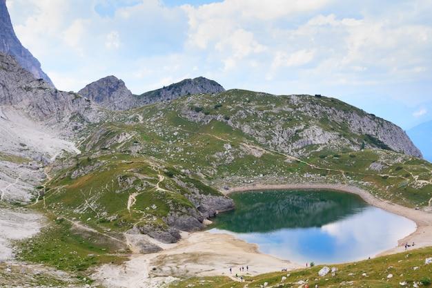 Alpenmeer op italiaanse alpen, dolomiet, trekking Premium Foto