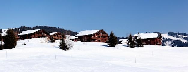 Alpine landschap in frankrijk in de winter met blauwe lucht Gratis Foto