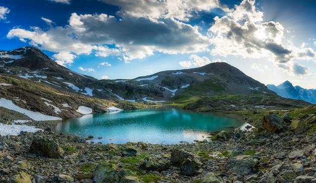 Alpine meer met laatste sneeuw in de zomer Premium Foto