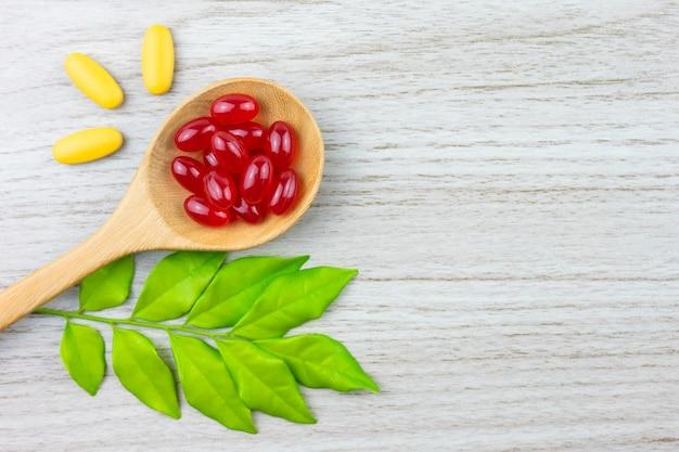 Alternatieve geneeswijzen, vitamine en supplementen uit natuurlijke kruiden Premium Foto