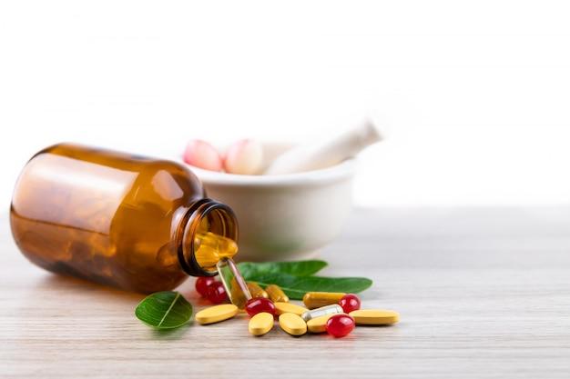 Alternatieve kruidengeneeskunde capsule, vitamine en supplement van natuurlijke Premium Foto
