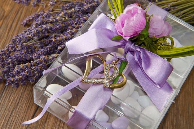 Amandel confetti met lavendel bloem Premium Foto