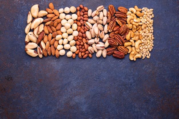 Amandelen, pecannoten, macadamia, pistache en cashewnoten Premium Foto