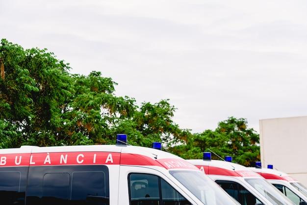 Ambulances die bij de noodsituatiedeur van het ziekenhuis wachten Premium Foto