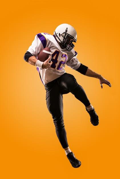 American football-speler in actie. hoogspringen van american football-speler Premium Foto