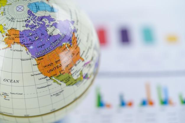 Amerika, globe wereldkaart op grafiek millimeterpapier. financiën, account, statistieken, investering. Premium Foto