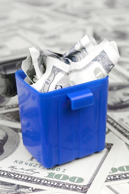 Amerikaanse bankbiljetten worden op een veelvoud van honderd dollarbiljetten in de prullenbak gegooid Premium Foto